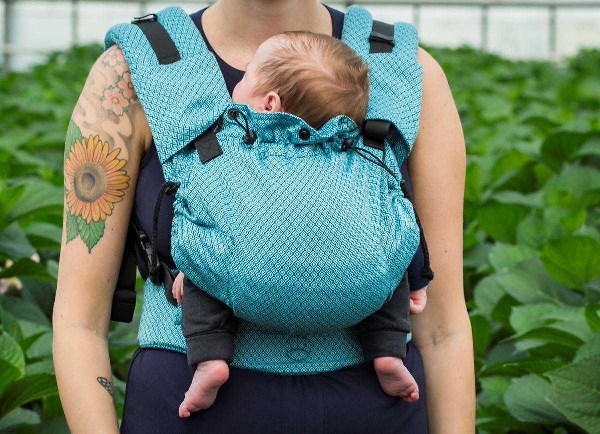 Porter un nouveau-né en porte-bébé physiologique avec le nekoslings babycarrier