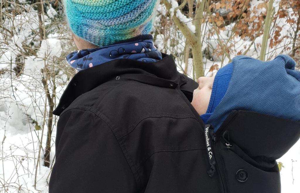 portage bébé en hiver, article et conseils sur le blog