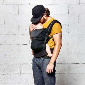 Porte bébé préformé hoodie carrier de Love and Radius pour porter bébé