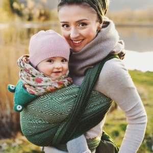 Porter son bébé dans une écharpe physoiologique. Portage dès la naissance avec l'écharpe de portage little frog