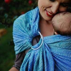 Portez votre bébé en sling de portage en lin, pour porter l'été! Idéal au quotidien pour porter, allaiter, aussi pour bébé prématuré. Le sling de little frog