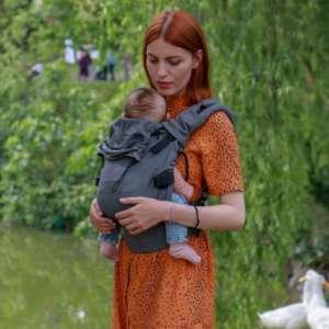 porter un nouveau né en porte bébé physiologique avec la marque nekoslings