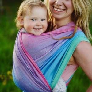 Porter son bébé dans une écharpe physiologique coton-tencel Portage dès la naissance avec l'écharpe de portage little frog