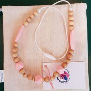 Le collier d'allaitement et de portage pour accompagner votre bébé. Soulage les dents et gencives douloureuses.