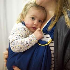 Le sling de portage Suisse de la marque Joli Nous. 100% coton bio Gots et oeko-tex, pour porter votre bébé de façon physiologique