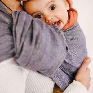 sling de portage en lin de Bud&Blossom. Pour porter votre bébé en été, le lin régule la chaleur. Livraison rapide en Suisse