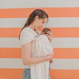 Le sling de portage en lin Suisse de la marque Joli Nous. 100% coton bio Gots et oeko-tex, pour porter votre bébé de façon physiologique