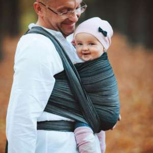 Porter son bébé dans une écharpe physiologique. Portage dès la naissance avec l'écharpe de portage little frog