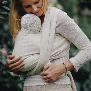 Porter son bébé dans une écharpe physoiologique. Portage dès la naissance avec l'écharpe de portage little frog en lin. Idéal pour l'été