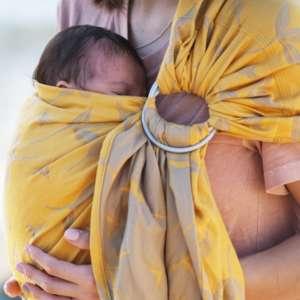 Porter votre bébé dès la naissance en sling de portage physiologique. Rapide et sans nouage. Livraison rapide en Suisse
