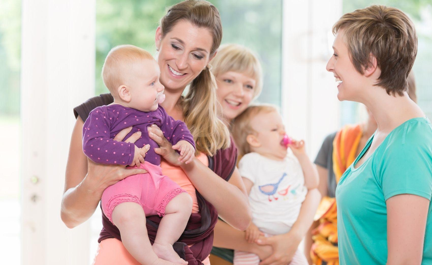 Cours de portage collectif pour apprendre à porter son bébé Le portage physiologique enseigner à espace naissance à Romont. Avec jeteporte venez apprendre à porter en écharpe de portage
