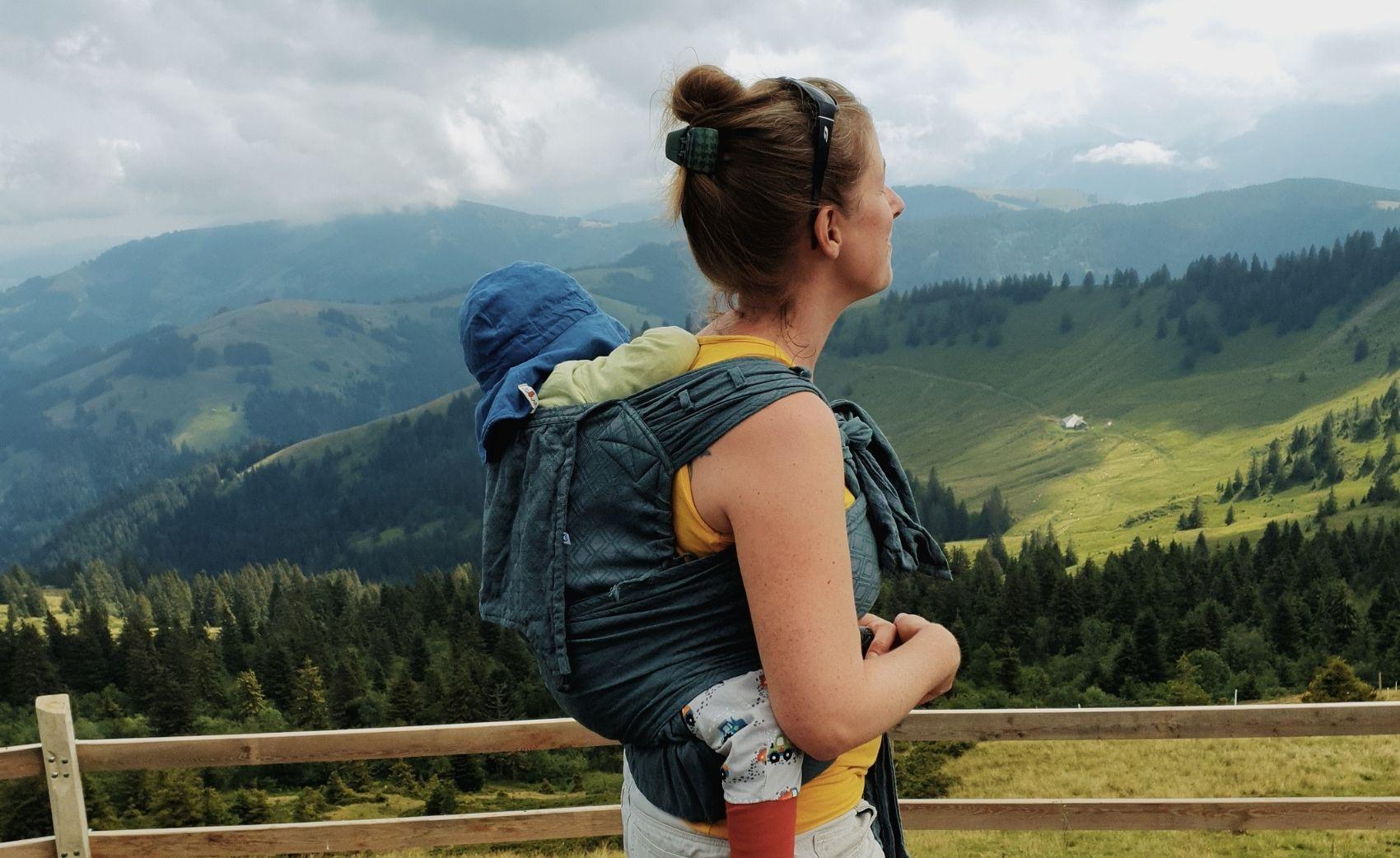 Apprendre à porter son bébé au dos. Venez décoiuvrir lors d'un cours de portage, la technique pour porter votre enfant dans votre dos. En écharpe ou porte-bébé. Su rRomont avec jeteporte